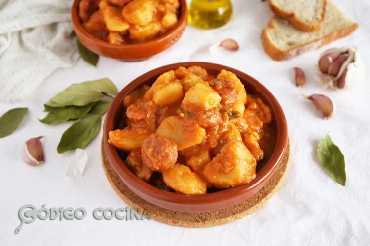 Patatas guisadas con chorizo en un recipiente de barro