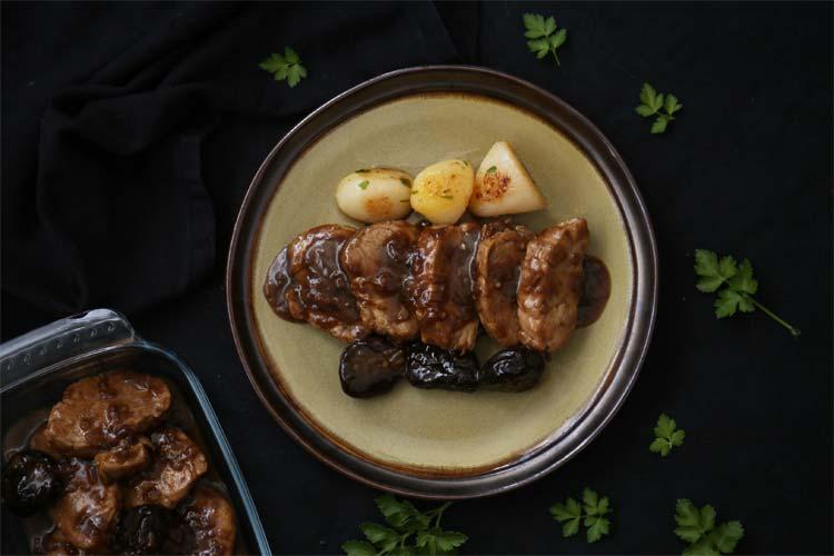 Solomillo con salsa de cerveza, ciruelas pasas y patatas