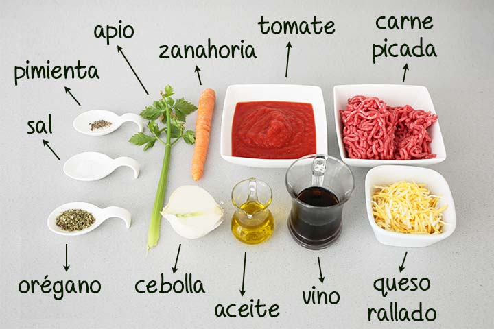 Ingredientes listos para hacer pizza a la boloñesa