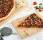 Porción de pizza boloñesa casera