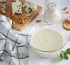 Salsa de queso roquefort, receta fácil y casera junto a una tabla de queso y nueces