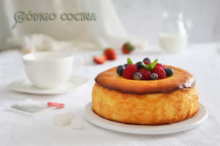 Tarta de ricotta cremosa y fácil decorada con frutos rojos