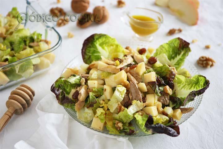 Ensalada de pollo, manzana, nueces y pasas aliñada con vinagreta