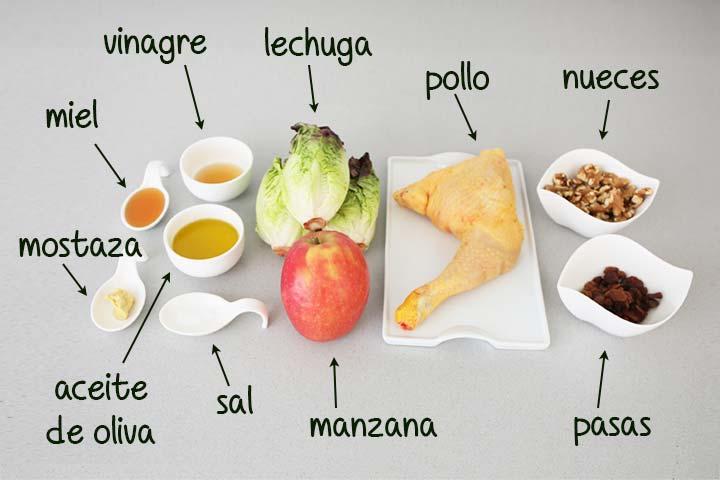 Ingredientes para hacer ensalada de pollo y manzana colocados sobre la mesa de la cocina