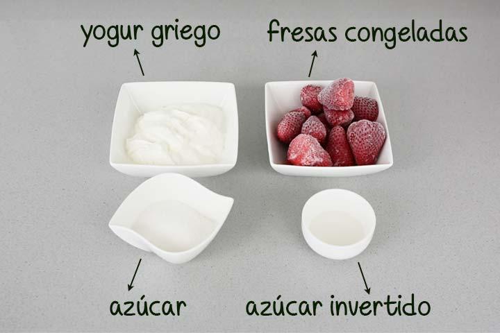 Ingredientes para hacer helado de fresa en Mambo colocados en recipientes
