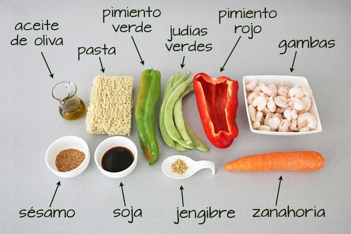 Ingredientes para hacer wok de noodles con verduras y gambas
