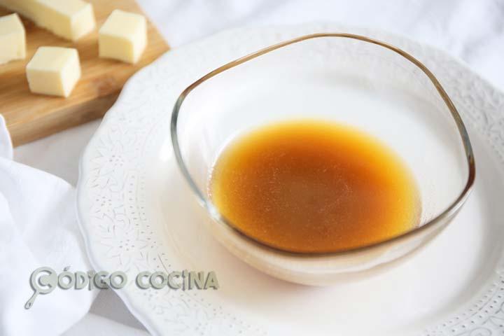 Mantequilla avellana en un recipiente de cristal