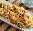Wok de noodles con verduras y gambas