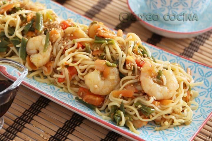 Wok de noodles con verduras, gambas y semillas de sésamo