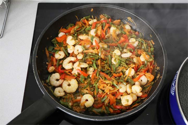 Añadir las gambas a las verduras
