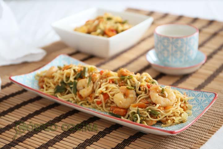 Wok de noodles con verduras y gambas acompañado de salsa de soja y sésamo