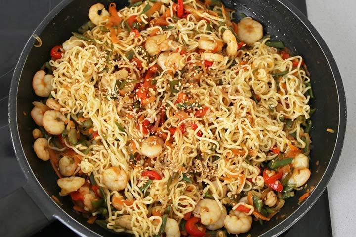 Añadir los noodles y el sésamo