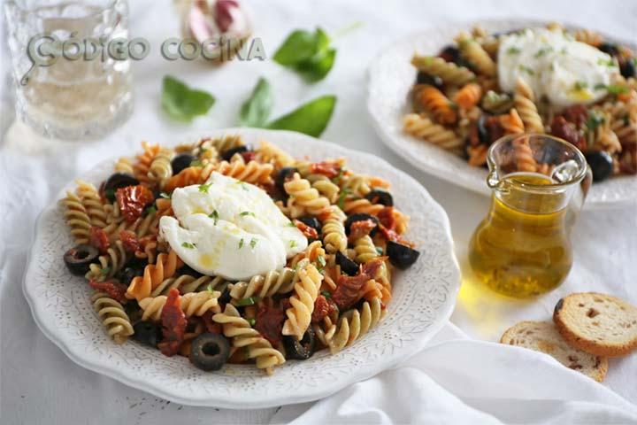 Ensalada de pasta estilo mediterráneo con queso mozzarella