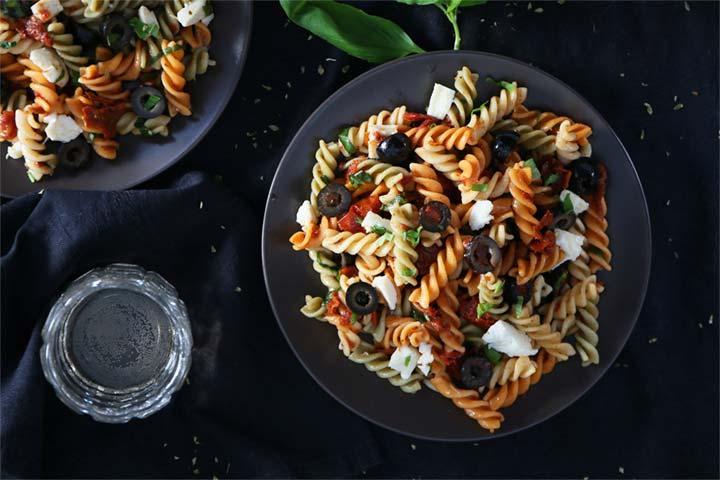 Ensalada de pasta con tomate seco, mozzarella y aceitunas negras