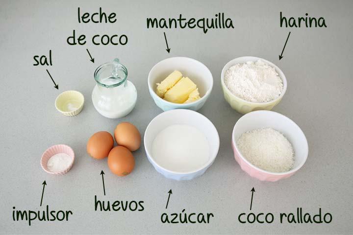 Ingredientes para hacer bizcocho de coco dispuestos en diferentes recipientes