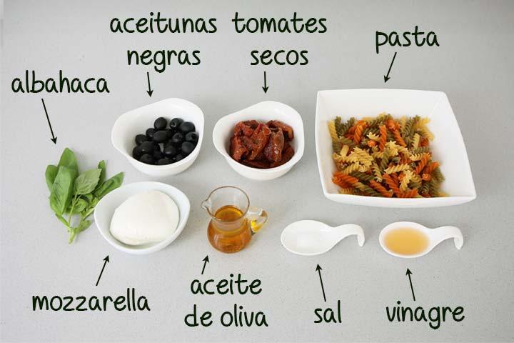 Ingredientes para hacer ensalada de pasta estilo mediterráneo