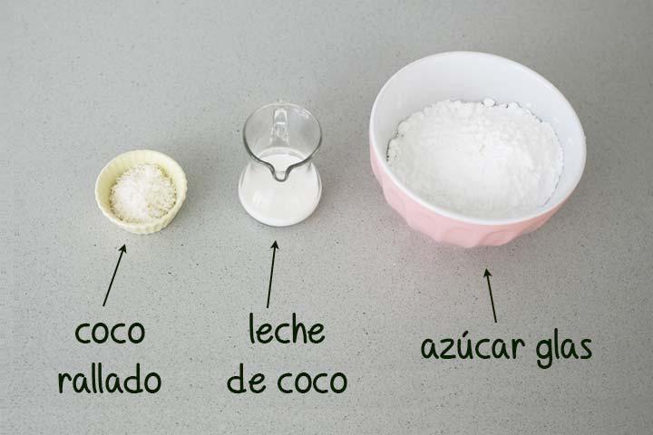 Ingredientes para hacer glaseado de coco dispuestos en diferentes recipientes