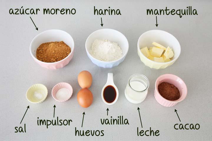 Ingredientes para hacer madeleines de chocolate colocados sobre una encimera