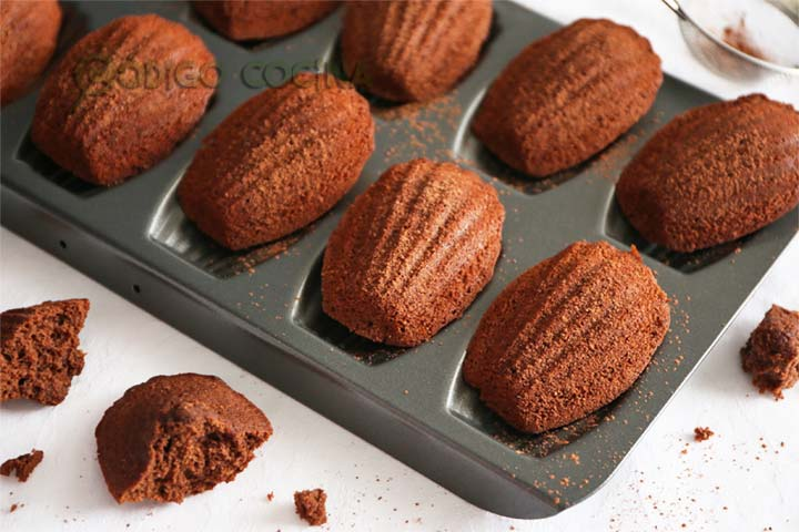 Madeleines francesas de chocolate dentro de un molde metálico