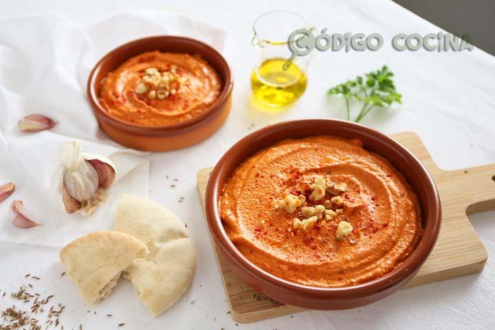 Muhammara o paté vegetal de pimiento sobre un cuenco, decorado con nueces y pimentón