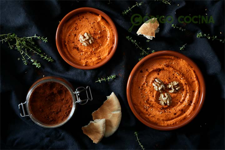 Paté de pimiento asado decorado con nueces y pimentón