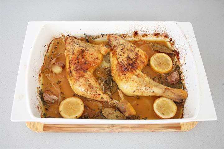 Pollo al horno con limón y hierbas aromáticas