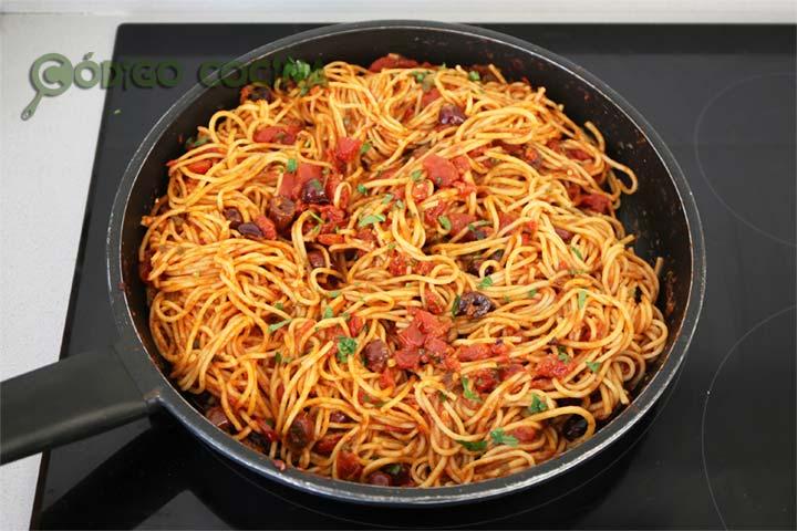 Espaguetis con salsa a la puttanesca