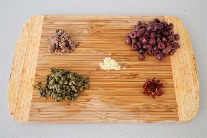 Ingredientes de la salsa puttanesca troceados