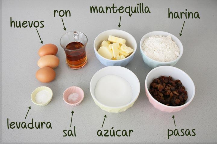 Ingredientes para hacer el bizcocho de ron con pasas colocados en recipientes
